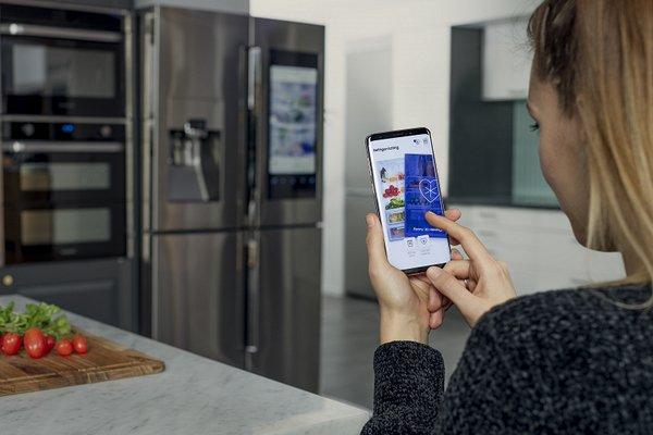 Samsung знакомит людей по фото из холодильника